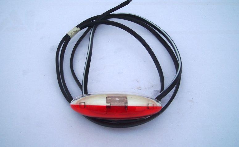 červeno-bíla pozička s kabelem